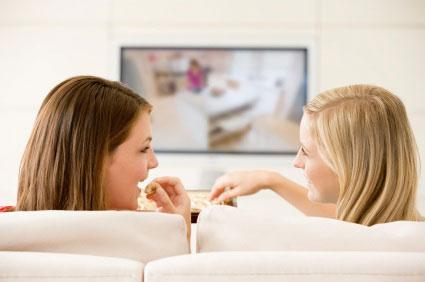 Femmes regardant la télévision