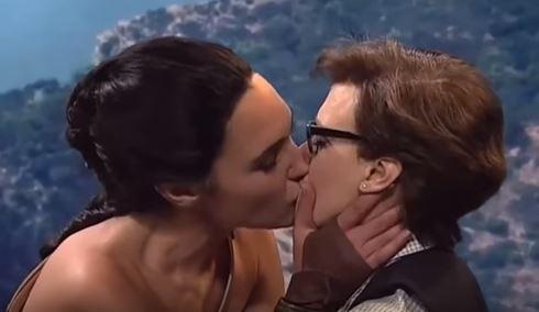 Gal Gadot embrasse Kate McKinnon
